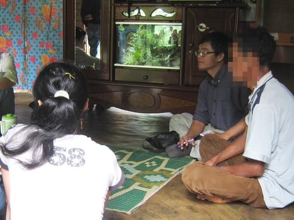 H'Bôt (trái) trình bày việc bị ông Dũng cưỡng ép với PV