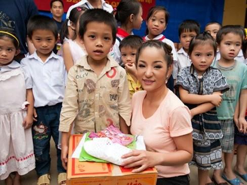 Hà Kiều Anh, Thúy Nga đi từ thiện xuyên Việt