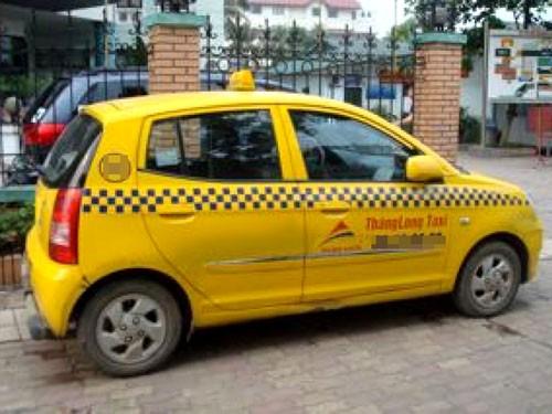Cướp xe taxi, đâm vào cột điện