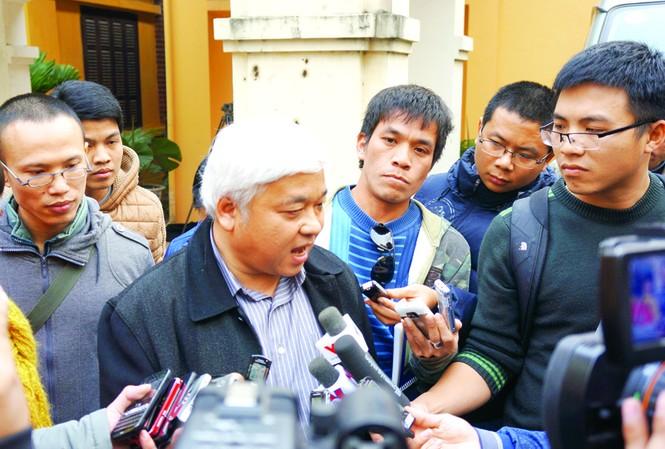 Phó chủ tịch VPF Nguyễn Đức Kiên trong vòng vây báo chí sau cuộc làm việc với lãnh đạo Tổng cục TDTT Ảnh: NP