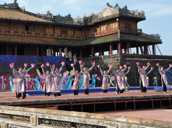 Thanh Tùng  Múa hoa đăng mừng đại nhạc hội Năm Du lịch Quốc gia và Festival Ảnh: Thanh Tùng