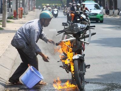 Xe máy đang chạy bốc cháy