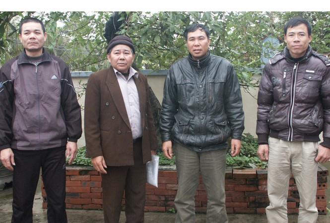 Ông Trong (thứ hai trái sang) và một số hội viên LCHNTTS huyện Tiên Lãng