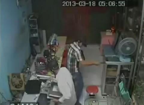 Clip hai tên trộm vơ vét gần chục laptop