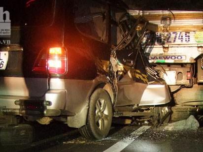 Ô tô tông đuôi xe tải, 3 người trong gia đình tử nạn
