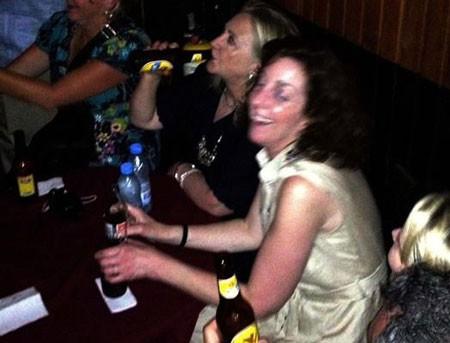 Ngoại trưởng Mỹ đi bar, uống bia