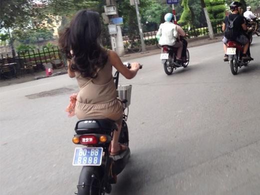 Hà Nội : Thiếu nữ đi xe biển xanh tứ quý 8