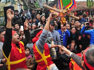 Thi Thổi lửa – Nấu cơm tại hội làng Thị Cấm, Xuân Phương, Từ Liêm, Hà Nội Ảnh: Công Khanh