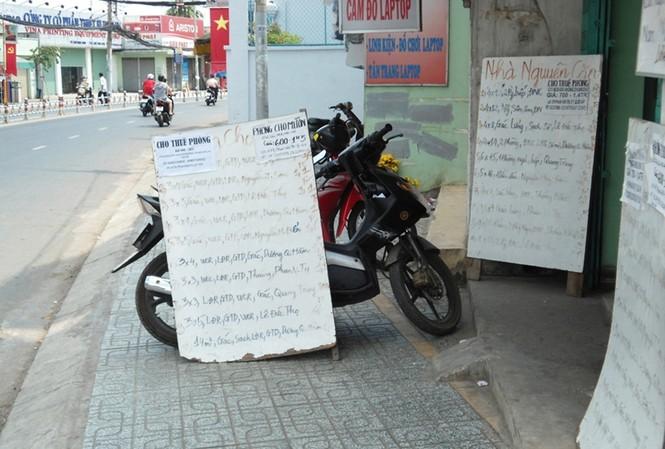 Trước cửa trung tâm trên đường Phan Văn Trị chỉ có mấy tấm biển cũ Ảnh: G.H