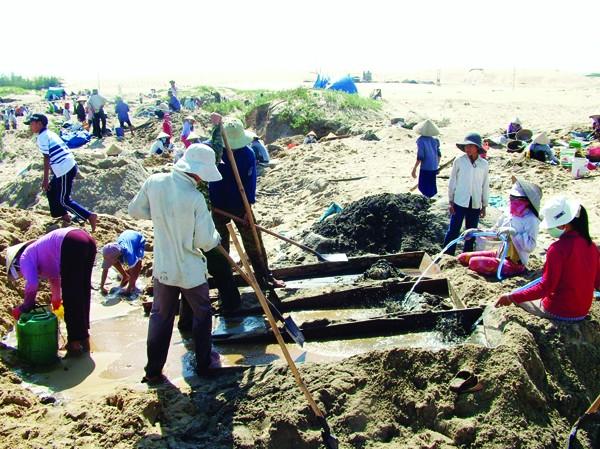 Dân cũng đổ xô khai thác lậu titan tại Cát Khánh. Ảnh: V.H