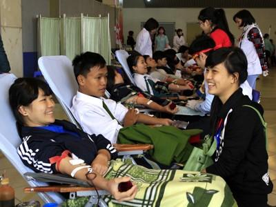 Những bóng hồng 9X lần đầu hiến máu