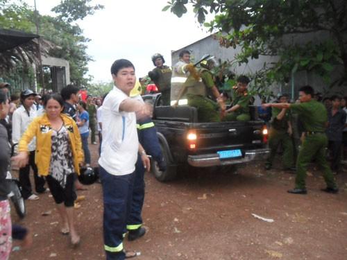 50 chiến sĩ khống chế con nghiện ôm bình gas dọa tự sát