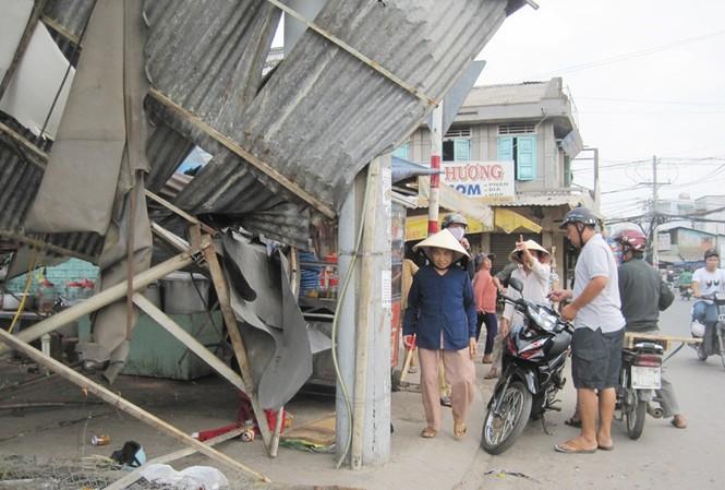 Gió xoáy thổi sập quán ăn, người dân hoảng loạn