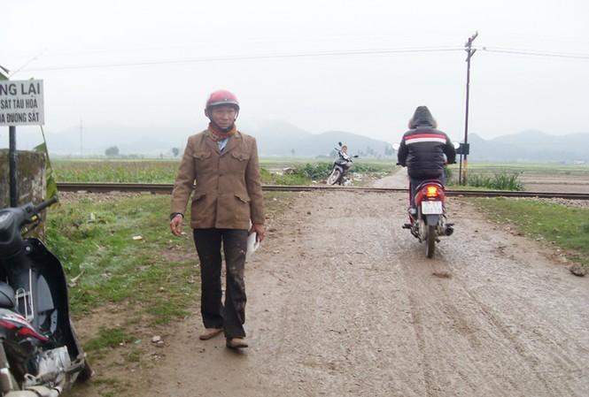 Ông Bàng vừa thoát chết hy hữu trên đường ngang dân sinh Ảnh: Xuân Bảy