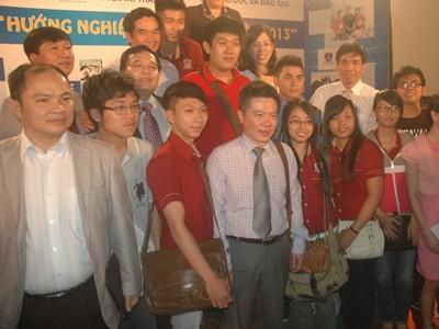 GS. Ngô Bảo Châu cùng các học sinh tại buổi giao lưu. Ảnh: Q.P