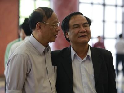 GS.TS Trần Ngọc Đường (trái) trao đổi bên lề Quốc hội Ảnh: Hồng Vĩnh