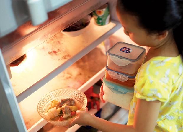 Nuôi con bằng đồ ăn tủ lạnh, lợi hay hại?