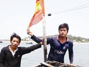 Trao tặng huy hiệu Tuổi trẻ dũng cảm cho hai ngư dân