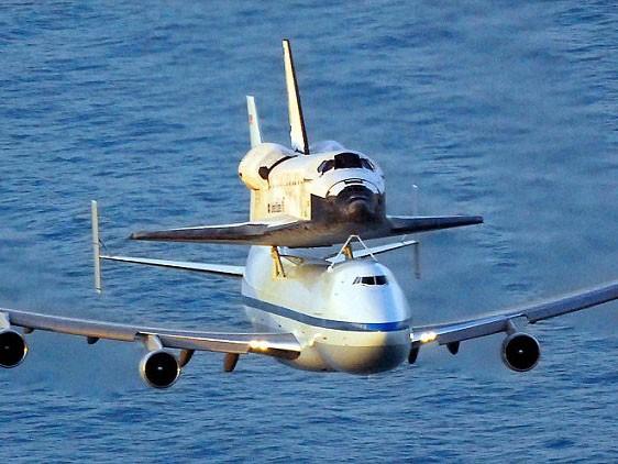 Boeing 747 cõng tàu vũ trụ con thoi