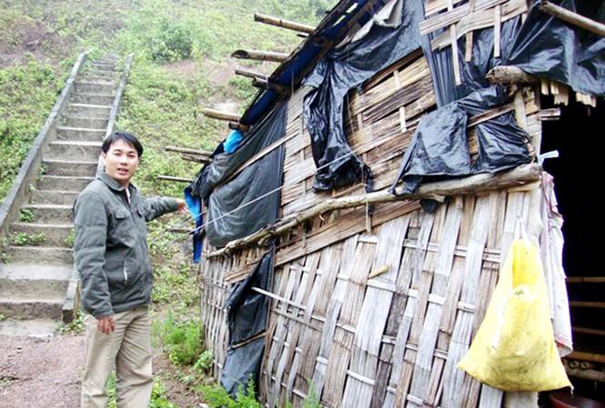 Thầy Nguyễn Thanh Triều bên căn nhà ọp ẹp, chằng chống nhiều mảnh của thầy cô THCS xã Dang Ảnh: H.V