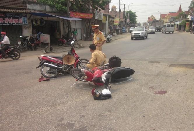 Xe máy đâm nhau, ba người bị thương nặng