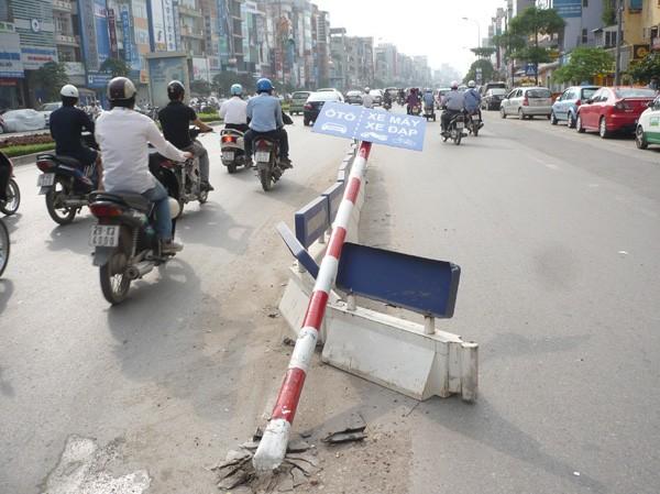 Một cột biển phân làn giữa phố Xã Đàn bị phương tiện đi đường húc đổ. Ảnh: Trọng Đảng