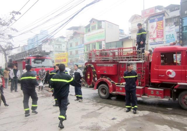 Lực lượng cứu hỏa khẩn trương khống chế đám cháy