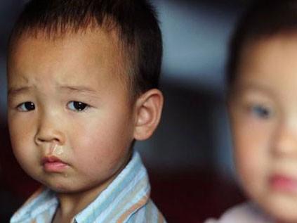 Trẻ mẫu giáo bị bắt uống nước tiểu, ăn gỉ mũi