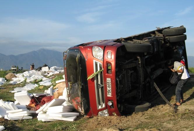 Hai xe tải đối đầu, ba người bị thương
