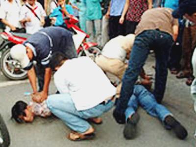 Cảnh sát nổ súng giữa phố để bắt cướp