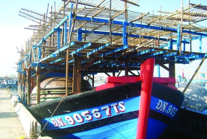 """""""Đại huynh"""" ĐNa 90567 TS ở Âu thuyền Thọ Quang ngày chuẩn bị ra khơi Ảnh: Nam Cường"""