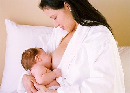 """Sữa mẹ """"vắc-xin"""" dành cho trẻ"""