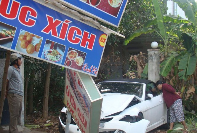 BMW lao vào nhà dân