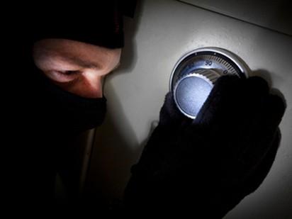 Bảo vệ đưa người vào ngân hàng trộm két