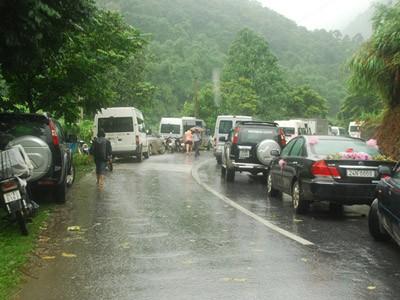 Sa Pa: Lở đất đá, xe cộ kẹt dài hơn 3 km