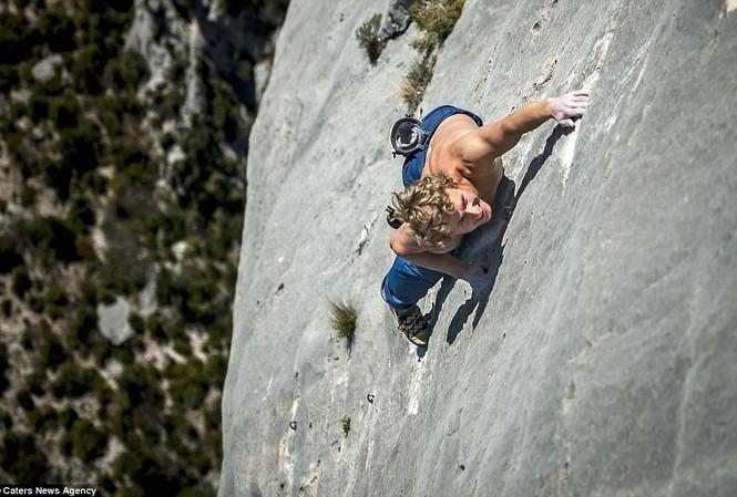 Cận cảnh 'Người nhện' trên vách núi
