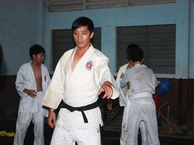 Thượng sĩ Thiên Tạo đang dạy võ. Ảnh: T.C