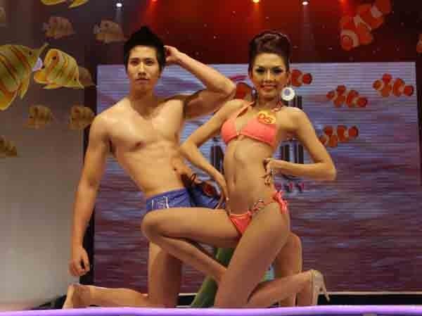 Trình diễn Bikini nóng bỏng đêm chung kết Siêu mẫu 2011