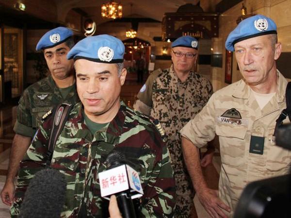 Đại tá Ahmed Himmiche (hàng đầu, trái) dẫn đầu đoàn quan sát viên tới Syria  Ảnh: AP