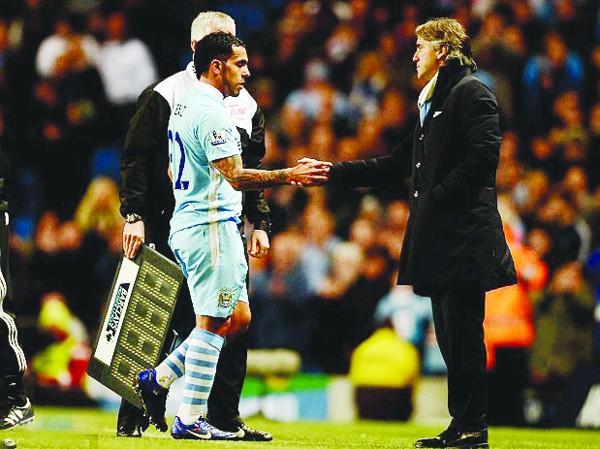 Mancini vẫn tung cờ trắng dù M.U bại trận