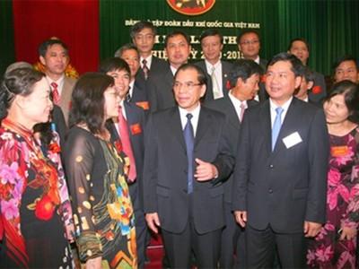 Tổng Bí thư Nông Đức Mạnh trò chuyện thân mật với các đại biểu tham dự Đại hội