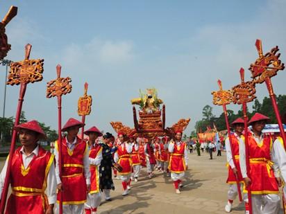 Rước kiệu, dâng lễ vật lên các vua Hùng