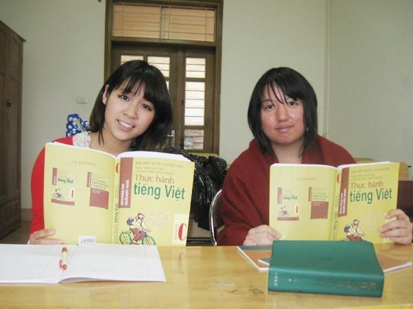 Emy (trái) học tiếng Việt. Ảnh: P.T