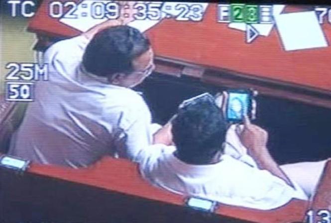 Đoạn phim quay cảnh các bộ trưởng bị nghi xem ảnh sex trong giờ họp (Ảnh: IBNLIVE)