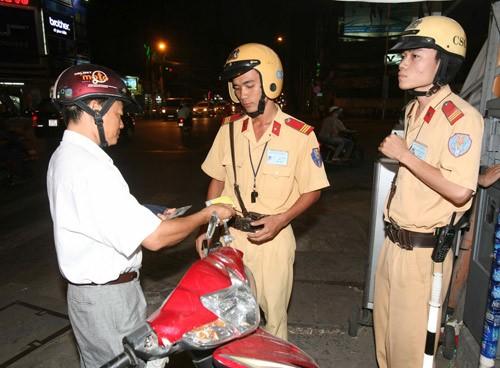 Không xử phạt xe máy thiếu 'giấy chứng nhận môi trường...'
