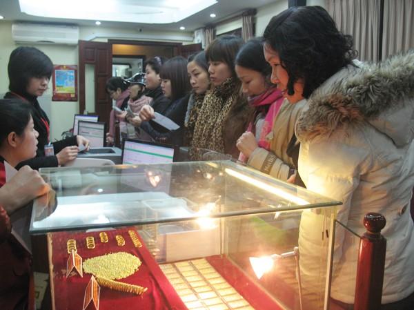 Xếp hàng mua nhẫn vàng tại tầng 2 cửa hàng Bảo Tín Minh Châu ở Bùi Thị Xuân (Hà Nội) ngày 1-2. Ảnh: Ngọc Mai