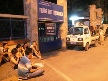 Tuyển sinh Hà Nội 2013: Hết cảnh thức đêm, xếp hàng