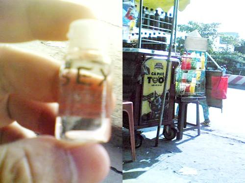 """Lọ thuốc kích dục loại """"bí mật"""" được rao bán tại """"chợ sex"""" (ảnh trái) và người phụ nữ """"hàng rong"""" đang dạo bán thuốc ngay trên đường, khu vực ngã tư Bình Phước"""