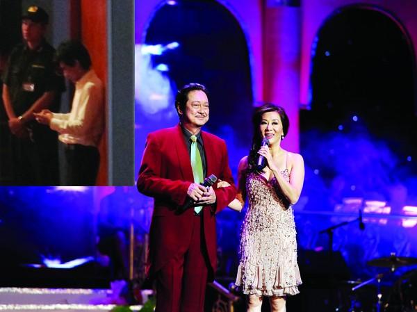 Chánh Tín diện veston đỏ làm MC cho đêm nhạc Chế Linh  Ảnh nhỏ: Chế Linh vẫn không thể thiếu Hoàng Tiến? (ảnh chụp tối 9-6)  Ảnh: Hoàng Lan Anh