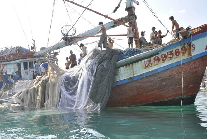Ngư dân Cà Mau tại ngư trường đảo Thổ Châu Ảnh: H.L